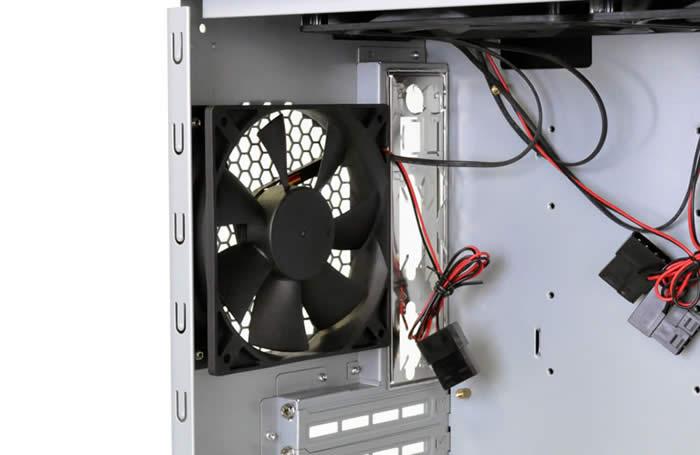 72f3749265 ケース後部には、3段階のスピード調節機能付の120mm TriCoolファンを標準搭載しています。  速度設定は1200RPM~2000RPMまで3段階に設定できます。